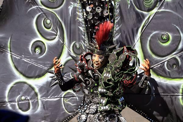 Carnevale in Indonesia, sfila una particolare modella -