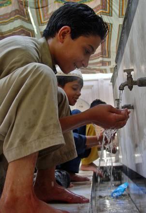 Peshawar (Pakistan), ragazzi si preparano alla preghiera -