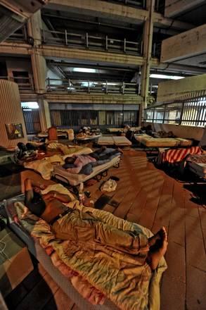 Napoli, notte all'aperto per immigrati sgombrati da capannone -