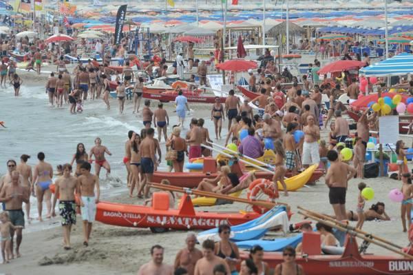 Un sabato italiano da tutto esaurito in spiaggia -