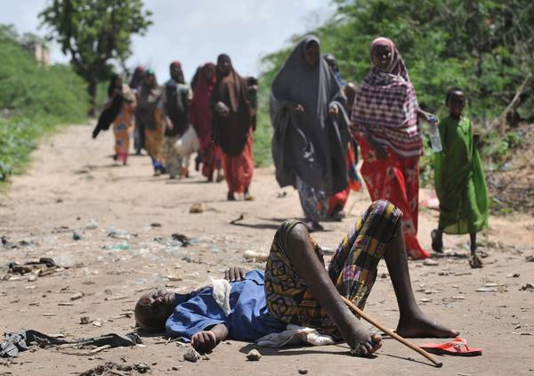 Somalia, scappano: e chi non ha la forza di camminare muore -