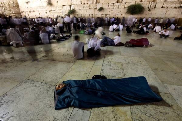 Muro del Pianto, a Gerusalemme: chi prega, e chi dorme -