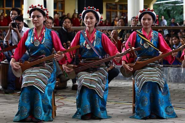 A Dharansala, in India, ragazze in abiti tipici tibetani -