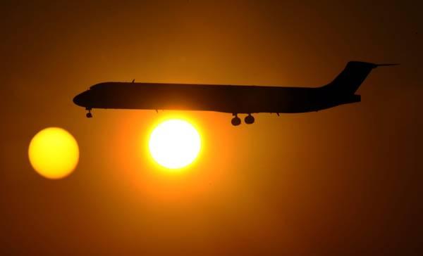 Dallas, tramonto sull'aeroporto: scendono il sole e un aereo -