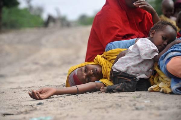 A Mogadiscio (Somalia): in terra, esauste, attendono aiuto -