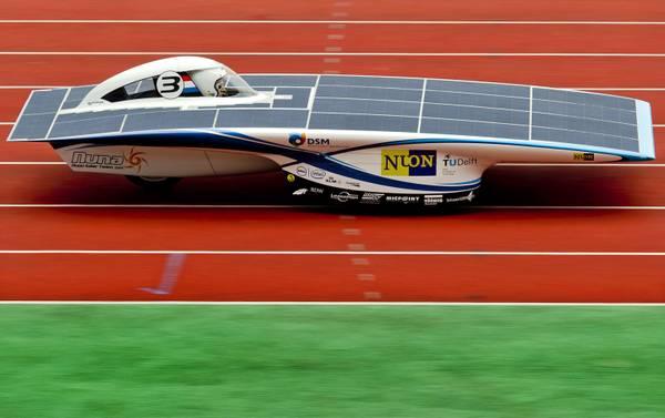 Ad Amsterdam la macchina a energia solare corre allo stadio -