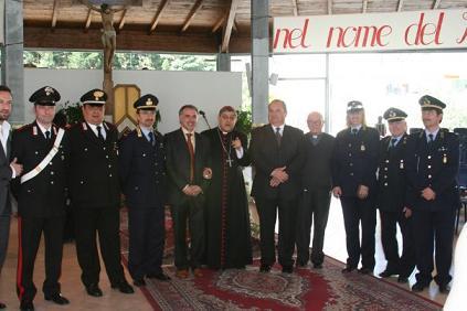 Volla (NA) Il vescovo di Napoli Sepe con don Vittorio Sannino, carabinieri e viglili - Foto ricordo