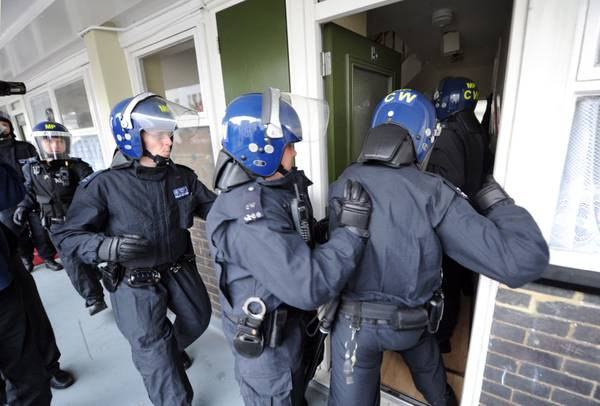 Londra: polizia recupera beni rubati durante gli scontri