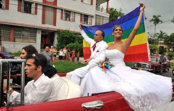 Cuba, è un giorno storico: le prime nozze gay della nazione -