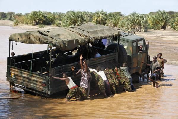 Kenya: sotto il sole,un camion dell'esercito rimasto bloccato -