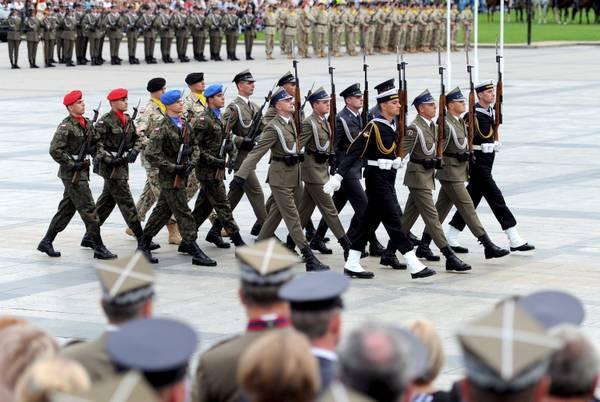 A Varsavia, tomba del Milite Ignoto: il cambio della guardia -