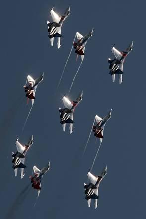 A Mosca i Cavalieri Russi in uno spettacolo aereo acrobatico -