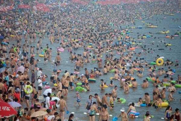 Solo grandi numeri in Cina: a migliaia al mare -
