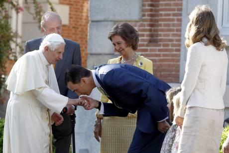 Il principe Filippo delle Asturie bacia la mano del Papa Benedetto XVI -
