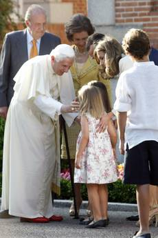 Il Papa accarezza le principesse Leonor e Sofia, figlie del principe Filippo -