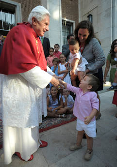 Il Papa saluta un bambino al di fuori del Palazzo della Nunziatura apostolica -