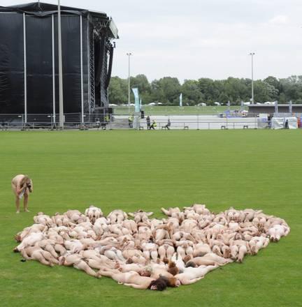 A St. Poelten (Austria) in posa nudi, a forma di cuore -