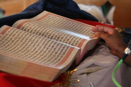 Inaugurato in provincia di Cremona il tempio Sikh fra i piu' grandi del Nord Europa - Il Libro Sacro
