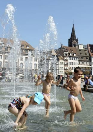 A Strasburgo il caldo scatena il divertimento dei bimbi -
