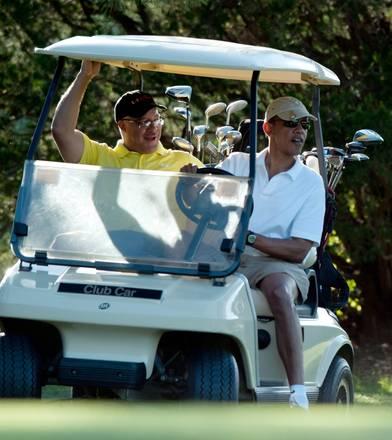 Golf per Obama in vacanza: tra una buca e l'altra, guida lui -