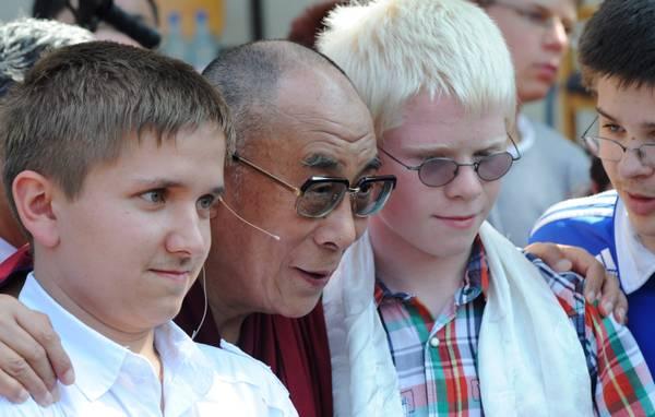 Germania, il Dalai Lama visita una scuola per giovani ciechi -