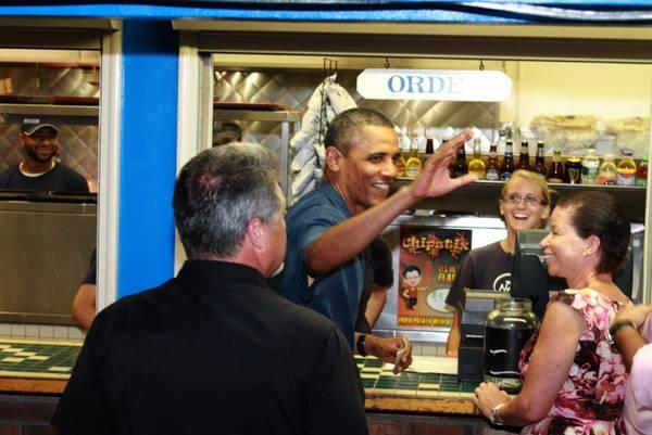 Obama alla cassa del ristorante ad Oak Bluffs -