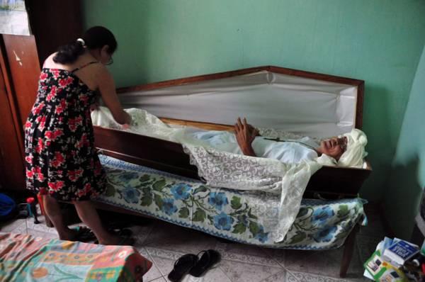 Brasile, dorme in una bara ogni venerdi' da 23 anni -