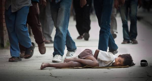 Un bimbo nepalese dorme in strada a Kathmandu -