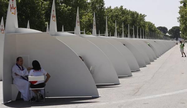 Madrid, arriva il confessionale portatile -