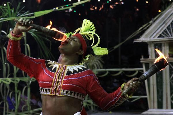 Sri Lanka, mangiatore di fuoco si esibisce in danza rituale -