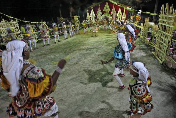 Sri Lanka, ballerini impegnati in un rituale -