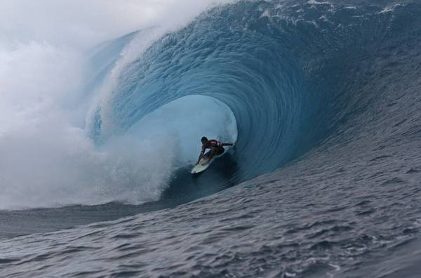 Surf in Polinesia, il francese Flores in un 'tunnel' d'acqua -
