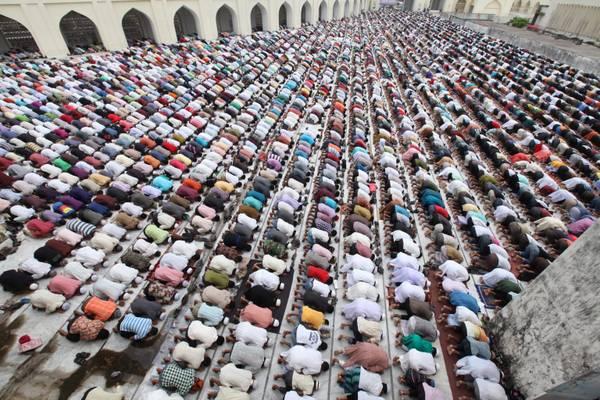 Venerdi' di preghiera a Dhaka, in tempo di Ramadam -