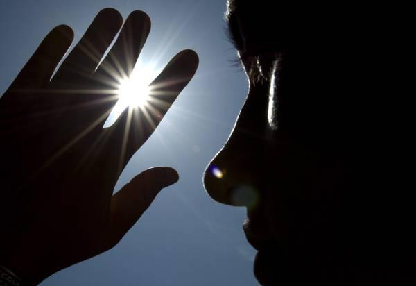 Germania: gran caldo a Dresda, donna si ripara la faccia -