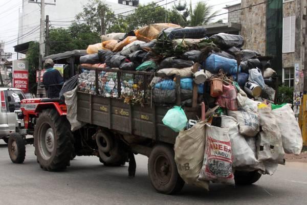 Sri Lanka: un camion stracarico nel traffico di Colombo -