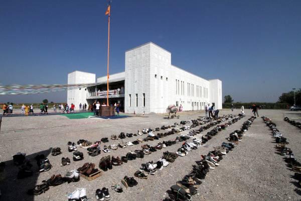 Scarpe rigorosamente all'esterno del Tempio Sikh di Cremona -