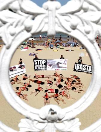 San Sebastian:Flash-mob in spiaggia per dire no alla corrida -