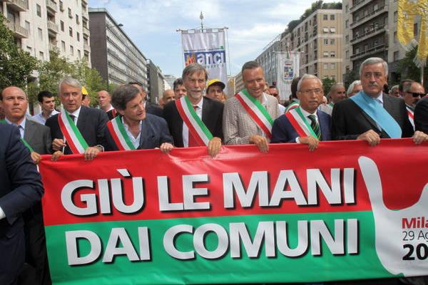 Manovra, la testa del corteo dei sindaci a Milano -