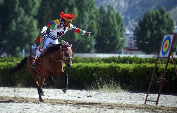 Tibet, allo Yoghurt Festival la gara di tiro con l'arco -