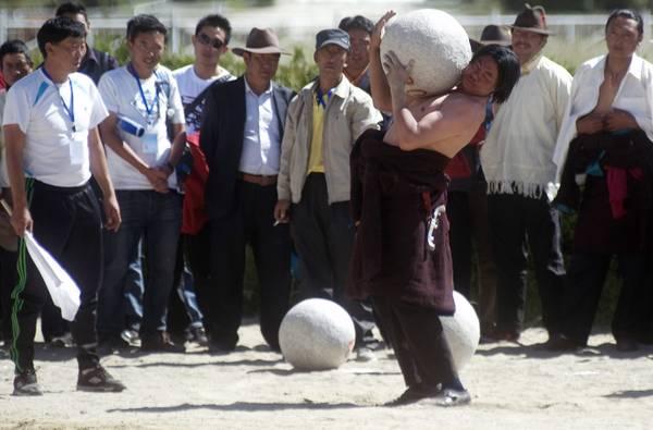 Tibet, allo Yoghurt Festival il rito delle pietre -