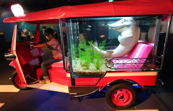 Bangkok la trovata dei fishy-taxi intorno all'acquario -