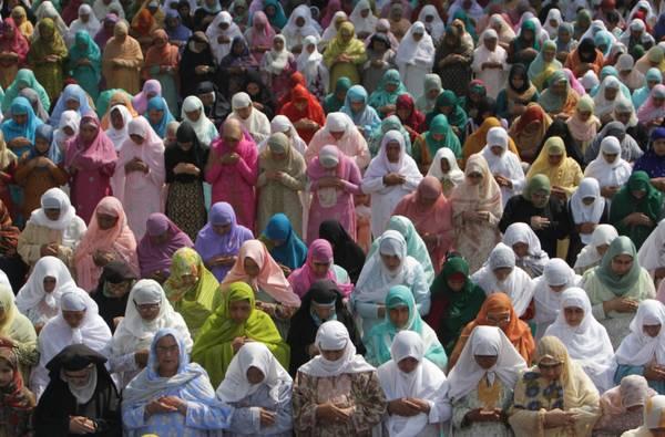 A Srinagar, in Kashmir, donne in preghiera nell'Eid al-Fitr -