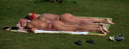 Al bosco di Capodimonte (NA) prendono il sole, non era meglio al mare?