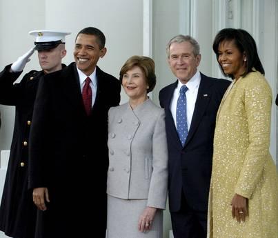 La ex coppia presidenzale, George e Laura Bush, insieme a Barack e Michelle Obama, a Washington -