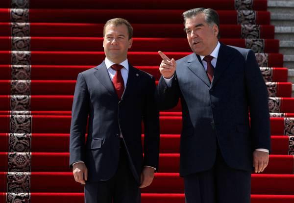 Dushanbe: Medvedev e Rakhmon davanti al Palazzo delle Nazioni -