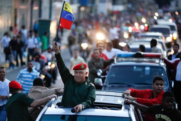 Venezuela, Chavez sfila dopo la chemioterapia -