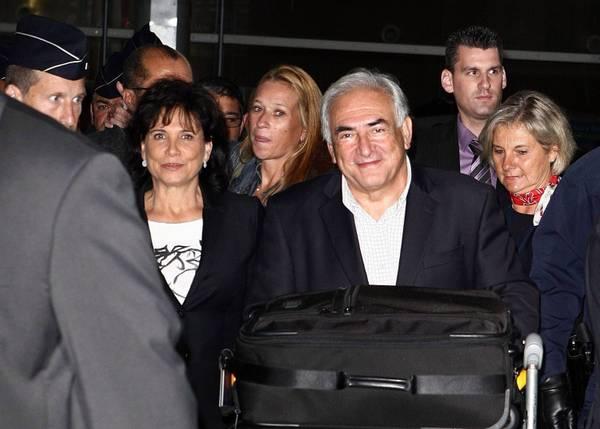 Strauss Kahn torna a Parigi dopo la disavventura negli USA -