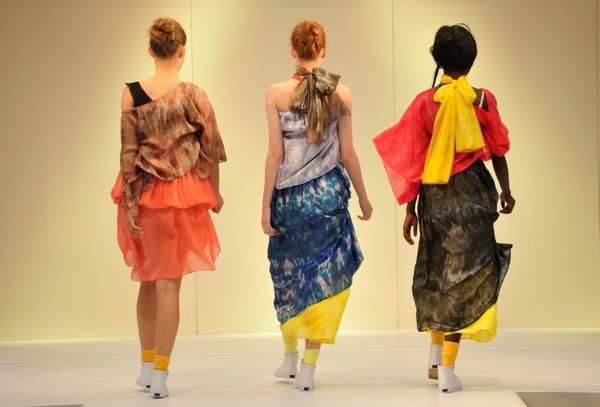 A Melbourne sfilano 3 modelle del collettivo Social Studio -