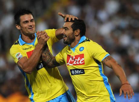 Cesena-Napoli: Christian Maggio (s) festeggia Ezequiel Lavezzi (d) che ha segnato il gol dell'1-0 pe