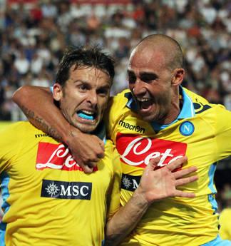 Cesena-Napoli: Hugo Campagnaro abbracciato da Paolo Cannavaro dopo aver riportato in vantaggio il Na